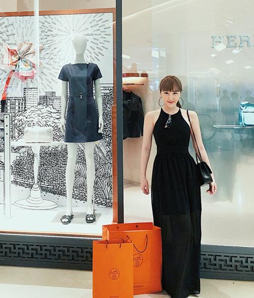 Trước đây, nhiều lần cô khoe những chuyến du lịch sang chảnh tương tự. Nữ ca sĩ thường mua rất nhiều hàng hiệu khi đi nước ngoài.