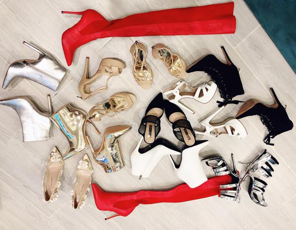Nổi tiếng có điều kiện, Bảo Thy đón sinh nhật hàng năm rất hoành tráng. Năm ngoái, cô cũng tự thưởng cho bản thân 15 đôi giày hàng hiệu, trong đó có nhiều đôi hàng hiếm nữ ca sĩ phải mất công săn lùng mới sắm được.