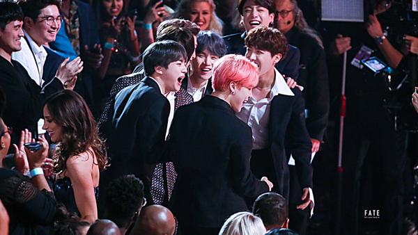 Khoảnh khắc đáng nhớ trong sự nghiệp BTS. Nhóm vượt qua Dan + Shay, Imagine Dragons, Maroon 5 và Panic! At The Disco đểchiến thắng giải Top Duo/Group (Nhóm nhạc/ Bộ đôi hàng đầu) tại BBMA năm nay.