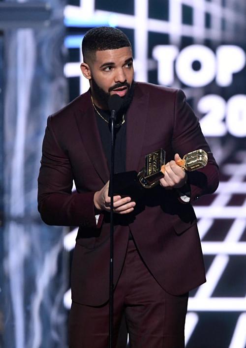 Giải thưởng quan trọng nhất BBMAs, Top Artist (Nghệ sĩ hàng đầu) đã thuộc về Drake. Nam ca sĩ cũng là nhân vật tỏa sáng với hàng loạt giải thưởng khác. Tổng cộng, Drake rinh 12 chiếc cúp trong đó có Top Male Artist (Nghệ sĩ nam hàng đầu), Top Billboard 200 Artist (Nghệ sĩ BB 200 hàng đầu), Top Hot 100 Artist (Nghệ sĩ Hot 100 hàng đầu)... Với chiến tích này, Drake đã vượt mặt Taylor Swift khi là nghệ sĩ nhận được nhiều giải thưởng BBMAs nhất (27 chiếc cúp) trong sự nghiệp.
