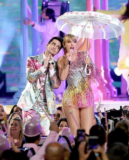 Mặc dù có tiết mục mở màn siêu hoành tráng với ca khúc ME! kết hợp cùng Brendon Urie, Taylor Swift vẫn ngậm ngùi ra về tay trắng tại BBMAs năm nay. Taylor được đề cử ở hai hạng mục là Top Female Artist (Nghệ sĩ nữ hàng đầu)và Top Touring Artist (Nghệ sĩ lưu diễn hàng đầu).