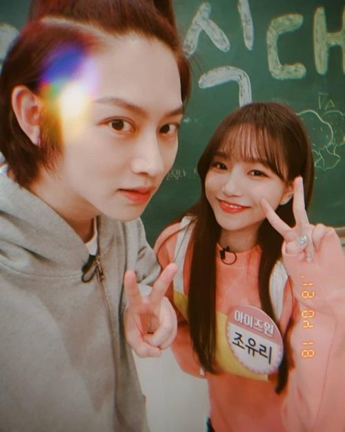Hee Chul tái ngộ Jo Yuri (IZONE) khi quay show. Nam ca sĩ từng là giáo viên chủ nhiệm trong show Idol School mà Yuri tham gia.