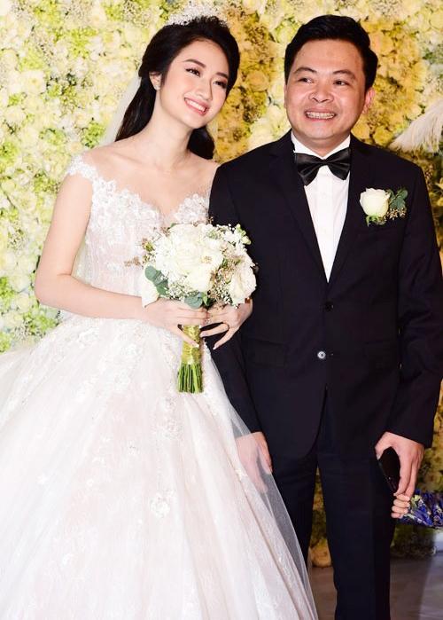 Hoa hậu Bản sắc Việt toàn cầu 2016 Trần Thị Thu Ngân kết hôn cùng ông xã thành đạt. Lễ cưới diễn ra tại một khách sạn sang trọng ở Hà Nội. Chiếc váy mà Thu Ngân mặc trong lễ cưới có giá