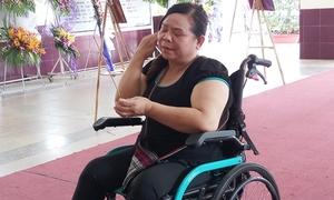 Người hâm mộ ngồi xe lăn vượt hàng chục cây số đến viếng Lê Bình