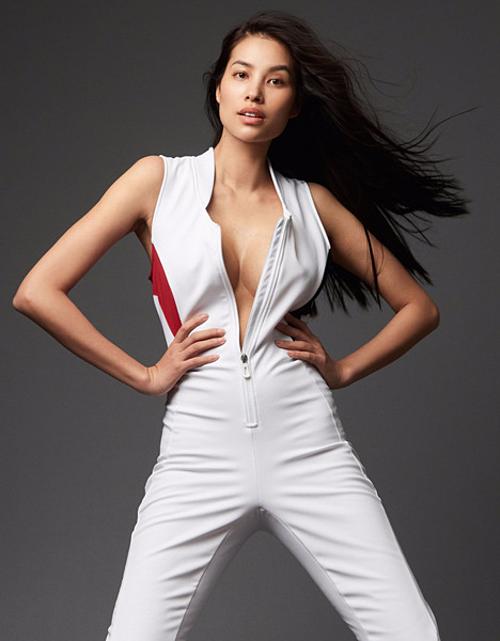Hoa hậu liên tục cùng công ty quản lý thực hiện những bộ hình gợi cảm, khoe vòng một, vòng ba, thay đổi hoàn toàn so với lúc còn ở Việt Nam.