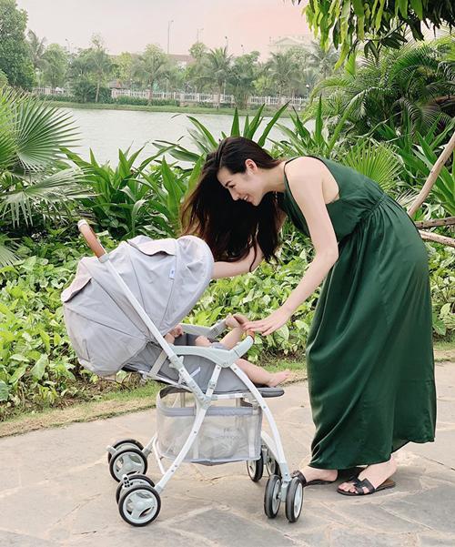 Á hậu Tú Anh sang chảnh đẩy xe nôi đưa con đi dạo.