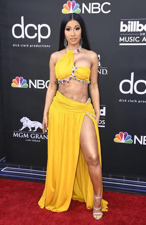 Trên thảm đỏ Billboard Music Awards 2019, Cardi B thành tâm điểm chú ý. Nữ rapper phô trương da thịt với bộ đầm khoét trên xẻ dưới, để lộ phần bụng nhăn nheo kém đẹp mắt.