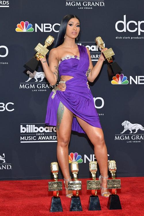 Bộ đầm được cô thay sau đó để lên sân khấu nhận giải cũng có kiểu dáng táo bạo không kém.