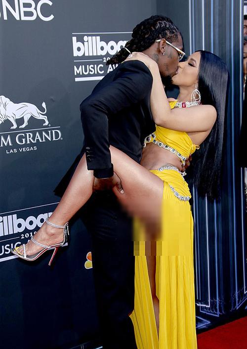 Lộ vùng nhạy cảm nhưng vẫn hôn đắm đuối ông xã, Cardi B ngay lập tức bị hàng loạt trang báo xếp vào danh sách sao mặc xấu, phản cảm nhất Billboard năm nay.
