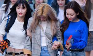 Sana (Twice) bật khóc trên đường tới Music Bank