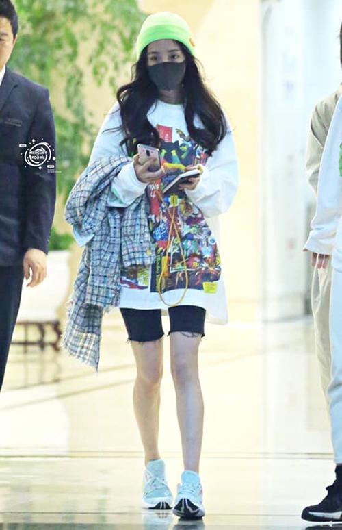 Dương Mịch là sao Hoa ngữ diện cách mix áo rộng - quần bó đạp xe rất tích cực khi ra sân bay, giúp cô vừa tôn chân thon dài, vừa trông năng động, thoải mái.