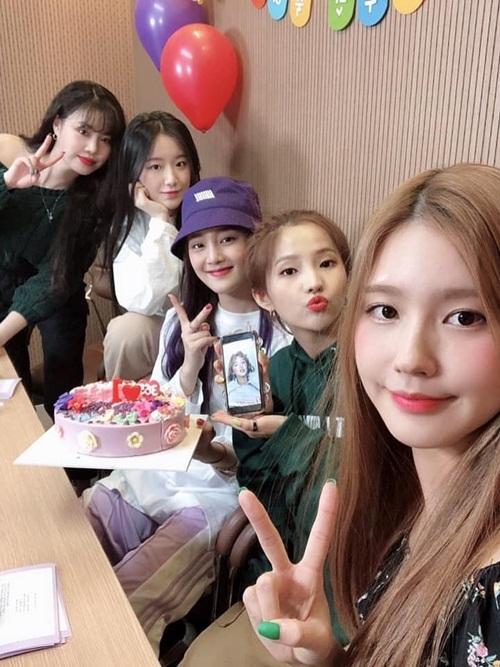 Nhóm (G)I-DLE mừng kỷ niệm tròn 1 năm debut. Yuqi vắng mặt vì bận lịch trình ở Trung Quốc, được các bạn dùng ảnh trên điện thoại để thay thế.