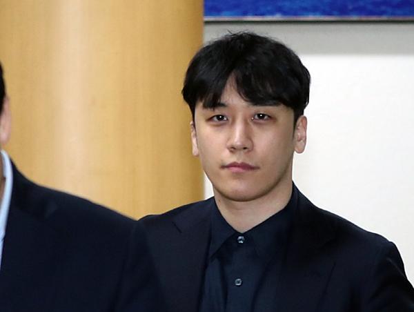 Bức ảnh gây chú ý trên mạng xã hội. Đây là lần đầu tiên Seung Ri lộ diện trước ống kính báo chí kể từ lần trình diện cảnh sát ngày 14/3.