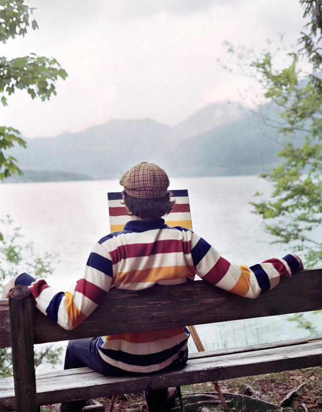 <p> Nhưng thay vì vẽ tranh phong cảnh như người ta mong đợi, anh ta lại vẽ chính họa tiết trên chiếc áo đang mặc.</p>