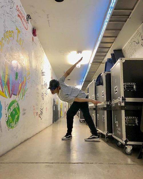 Yuta (NCT 127)thử nghiệm cách tạo dáng khó. Nhiều fan suy đoán anh chàng đang bắt chước một vật thể bay kỳ lạ nào đó.