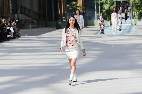 Sàn diễn Chanel Cruise 2020 diễn ra ngày 3/5 thu hút sự chú ý của nhiều khán giả với màn debut củaMitsuki Kimura (nghệ danh KOKI)