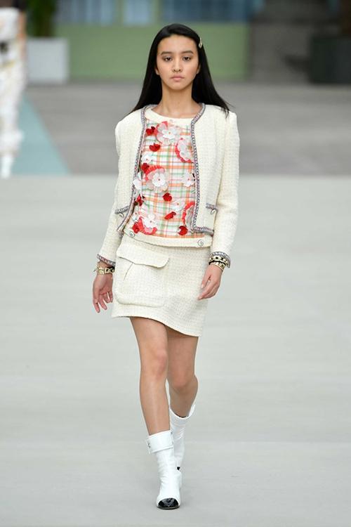 Trên sàn diễn, thiếu nữ 18 tuổi được trình diễn một bộ suit với chất liệu vải tweed đặc trưng của Chanel, kết hợp boots cao đến ngang bắp chân. Tuy là gương mặt được yêu thích ở xứ hoa anh đào nhưng khi xuất hiện trên sàn diễn này, KOKI lại hứng chịu nhiều chỉ trích.