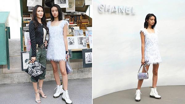 KOKI chụp hình cùng mẹ khi tham gia một show diễn của Chanel.
