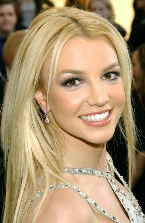 Nhắc đến Britney Spears là nhắc đến một biểu tượng của văn hóa đại chúng Mỹ. Thời thanh xuân, cô là thần tượng của hàng triệu bạn trẻ khắp thế giới với những bản nhạc bắt tai, nhan sắc rực rỡ đúng chuẩn công chúa nhạc Pop. Mặt trái của sự nghiệp thành công quá nhanh ở tuổi teen khiến Britney Spears sa vào hố sâu của áp lực, đi kèm theo đó là lối sống vô độ, sa vào rượu chè, chất gây nghiện.