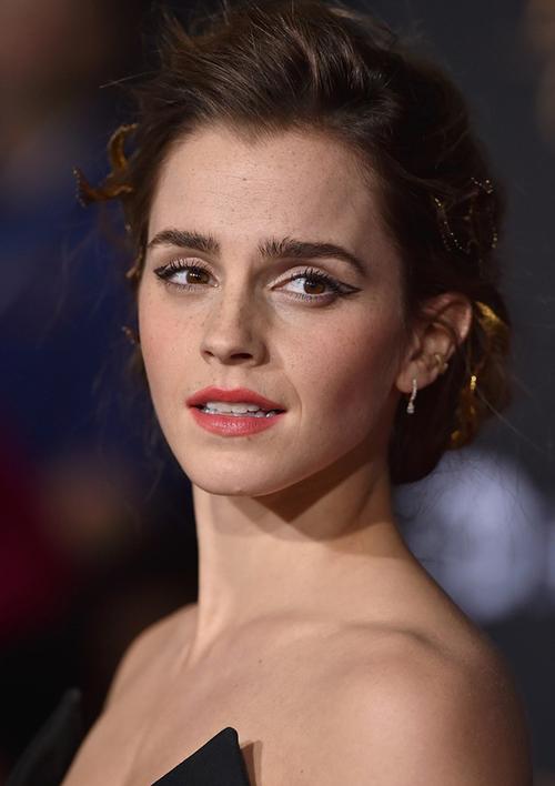 Người đẹp cũng không còn gây trầm trồ mỗi lần xuất hiện. Ở tuổi 27, Emma Watson trông khá dừ.