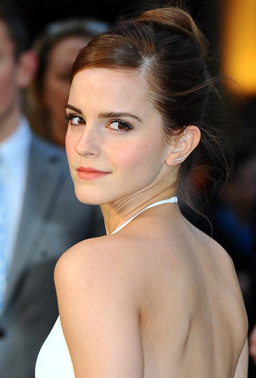 Ra mắt với vai cô phù thủy trong Harry Potter, Emma Watson để lại ấn tượng là một cô nhóc xinh xắn, đáng yêu. Tuy nhiên chỉ trong 1-2 năm, nữ diễn viên đã có sự thay đổi chóng mặt. Càng lớn, Emma càng trưởng thành, quyến rũ và đạt đến đỉnh cao nhan sắc vào những năm đầu tuổi 20. Cô được mệnh danh là bông hồng nước Anh, liên tiếp đứng đầu các bảng xếp hạng nhan sắc và phong cách.