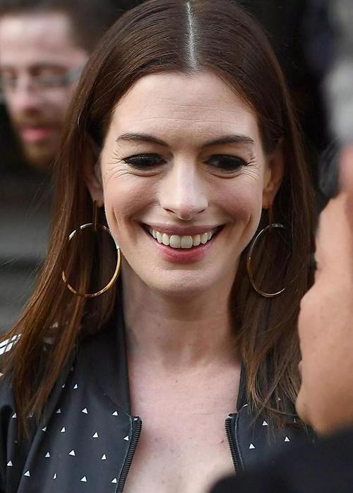 Tuy nhiên trong những hình ảnh gần đây, nữ diễn viên 37 tuổi lộ rõ dấu hiệu xuống sắc. Gương mặt của Anne Hathaway in rõ dấu vết thời gian, đôi mắt nhăn nheo khi cười.