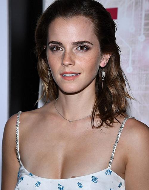 Thời kỳ huy hoàng của Emma Watson không kéo dài. Trong vài năm gần đây, gương mặt của cô có nhiều dấu hiệu xuống sắc. Làn da của cô có nhiều tàn nhang hơn, nếp nhăn trên trán và xung quanh khóe miệng xuất hiện rõ.