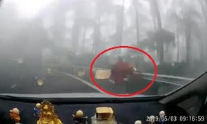 Người phụ nữ lao xuống vực khi đổ đèo Tam Đảo bằng xe tay ga