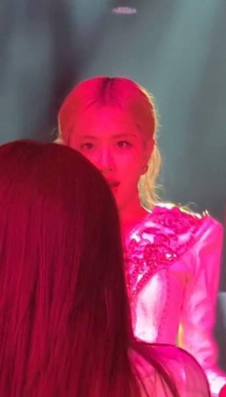...và Rosé đều há hốc miệng bất ngờ trước màn đột phá của Jennie.