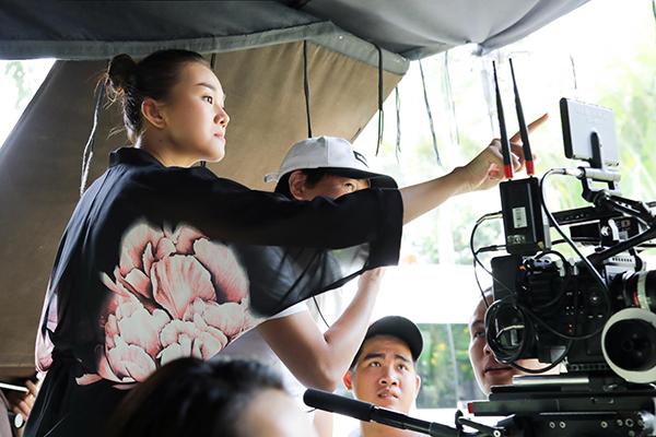 Thanh Hằng nghịch ngợm với chiếc máy quay phim khi trên phim trường.