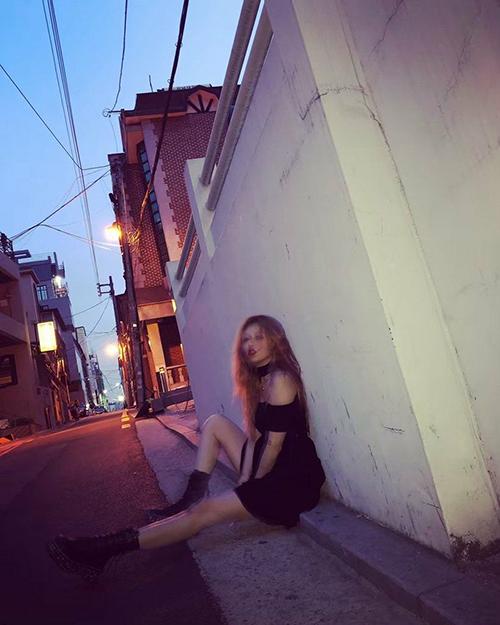 Hyun Ah bị chêlà rẻ tiền khi tung ảnh chụp ở lề đường, tạo hiệu ứng làm mờ.