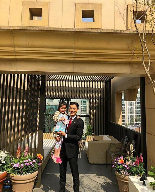 Choi Si Won ra dáng một người bố mẫu mực khi chụp ảnh cùng fan nhí