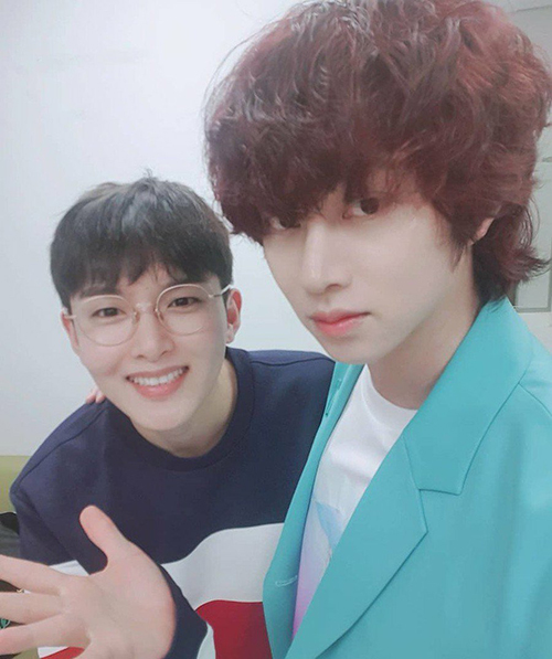 Hai thần tượng 8x Kim Hee Chuk, Ryeo Wook (Super Junior) có thể cạnh tranh nhan sắc với đàn em nhờ khuôn mặt không tuổi.