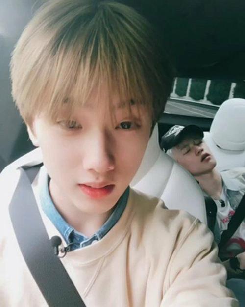 Ji Sung (NCT) chụp ảnh dìm hàng Chenle - người đang say giấc ngay trên xe.