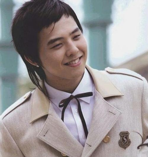 Vị trí thứ tư là trưởng nhóm Big Bang G-Dragon. Netizen Hàn cho rằng anh nổi tiếng nhất là từ năm 2012.