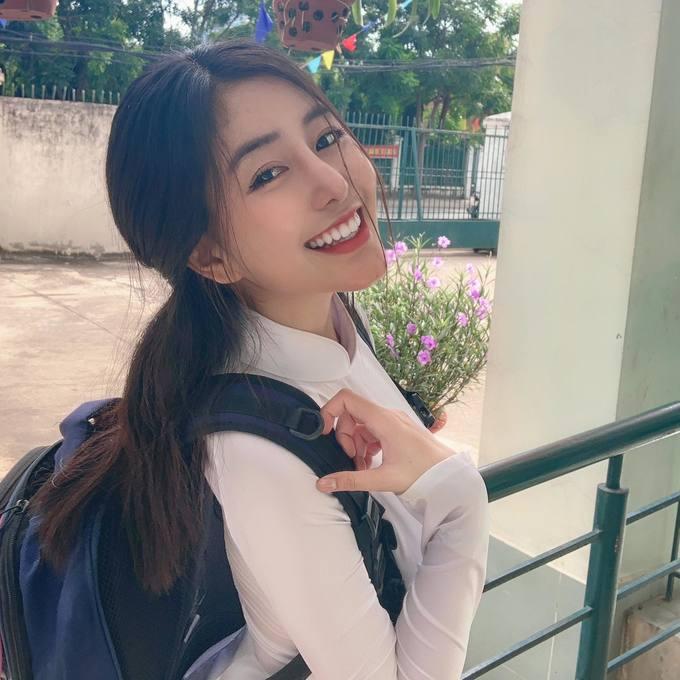 <p> Là một trong những hot girl nổi tiếng Sài Gòn, những tấm hình đăng tải mặc áo dài trắng của Trân thu về hơn chục nghìn lượt like và bình luận. Ngọc Trân chia sẻ rất thích mặc áo dài. Trân đang ôn luyện và chuẩn bị cho kỳ thi đại học sắp tới.</p>