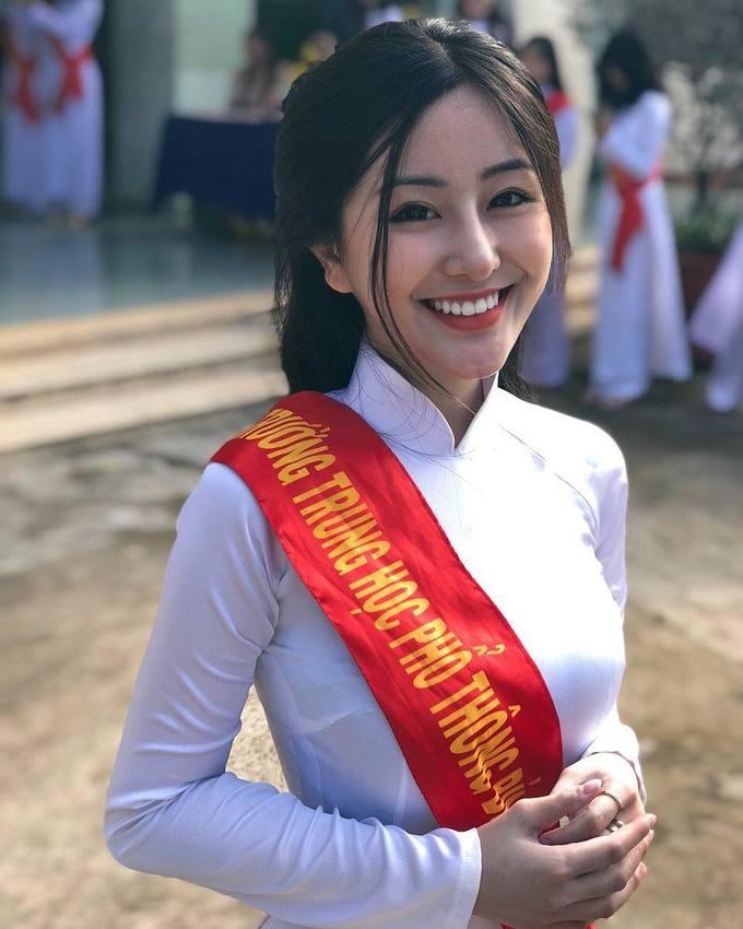 """<p> Võ Ngọc Trân, sinh năm 2001, học sinh lớp 12 trường THPT Bình Hưng Hòa, TP HCM. Cô từng xuất hiện trên báo Trung và Hàn Quốc với biệt danh là """"nữ sinh thiên thần"""".</p>"""