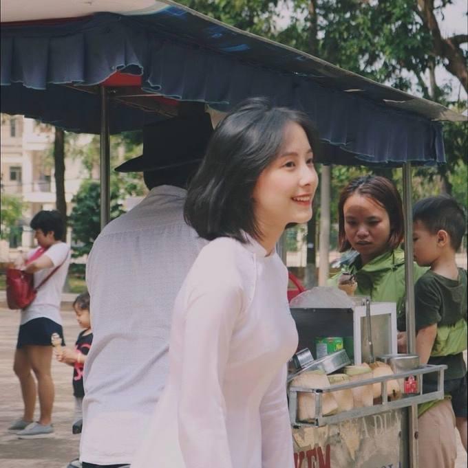 <p> Nguyễn Thị Hồng Nhung, sinh năm 2002, đang là học sinh lớp 11 THPT Buôn Ma Thuột. Nét đẹp dịu dàng với mái tóc ngắn khiến Nhung thu hút ánh nhìn người đối diện.</p>