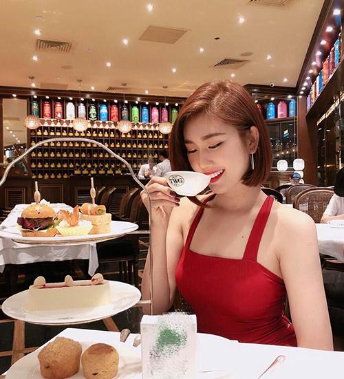 Thúy Ngân duyên dáng e ấp khi đi uống trà chiều.