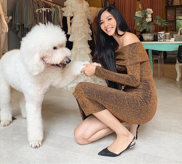 Hoàng Thùy thích thú chơi cùng chú cún to gần bằng người.