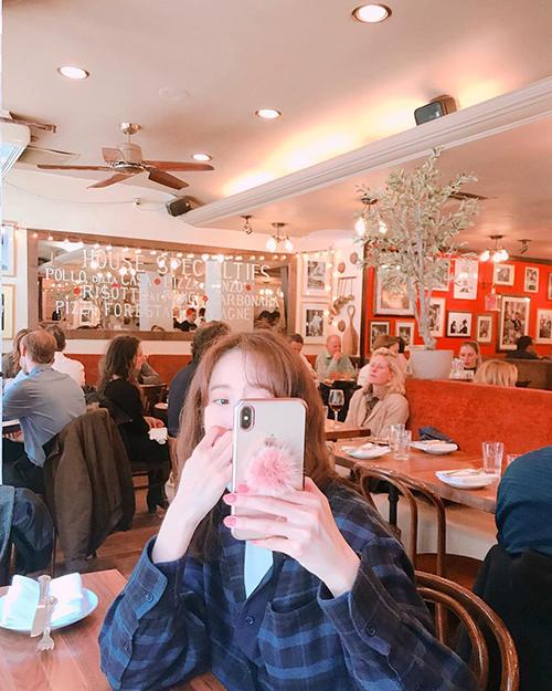 Yoon Ah thường khoe ảnh đi du lịch. Cô nàng chọn trang phục tiện dụng, kiểu tóc xù đáng yêu nhưng quyết không lộ mặt.