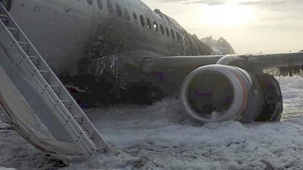 Máy bay bị hư hỏng nặng nề. Ảnh: AP