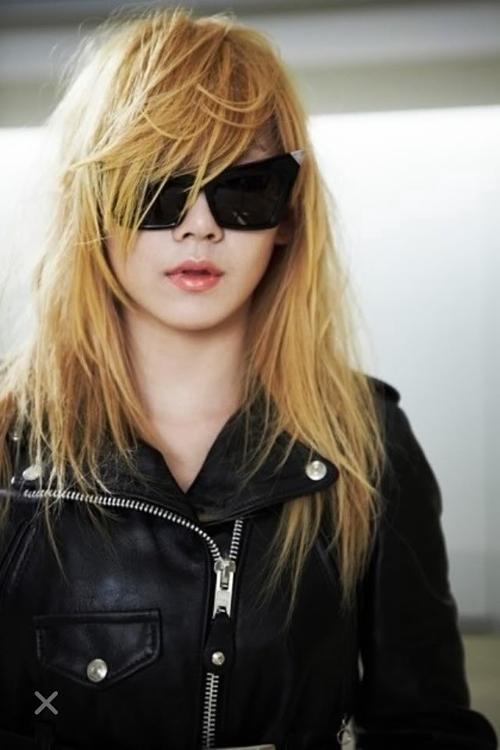 Xếp ở vị trí cuối cùng là cựu thủ lĩnh 2NE1 - CL. Năm 2011, sau những hit vang dội như Im the Best, Lonely...,CL vươn lên thành sao nữ hàng đầu Kpop. CL là nữ idol đầu tiên chinh phục thành công concept girl crush mạnh mẽ, tiên phong mở đường cho thế hệ đàn em học hỏi. Đáng tiếc, 2NE1 đã bị đóng bănghoạt độngtừ sau scandal thuốc cấm của Park Bom năm 2014 và tan rã 2 năm sau đó. Sự nghiệp solo của CL cũng bị YG trì hoãn. Đã 3năm kể từ lần cuối cùng cô được phát hành bài hát mới và có lẽ rất lâu nữa mới được trở lại sàn đua Kpop.