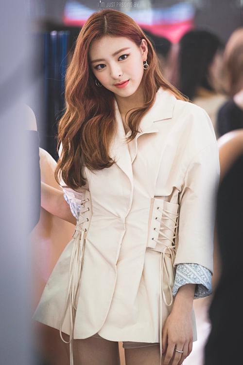 Cuối tuần qua, ITZY tham dự một sự kiện quảng cáo mỹ phẩm tại Seoul. Các cô gái xinh đẹptrở thành tâm điểm chú ý của người hâm mộ.