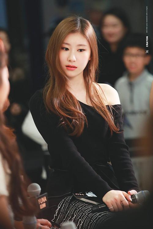 Làn da trắng bóc của Chae Ryeong là lợi thế khiến cô chinh phục màu son neon sáng chói.