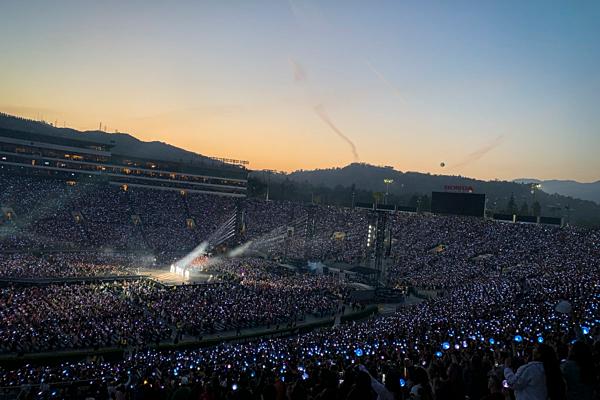 Một số fan phàn nàn nhược điểm duy nhất của concert là... sân quá lớn còn màn hình lại quá nhỏ.
