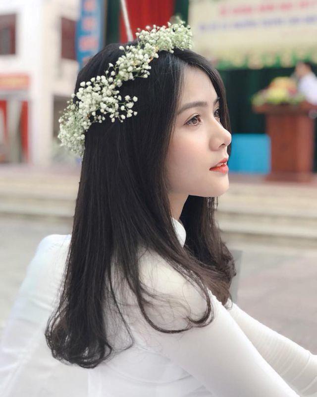 """<p> Dương Thu Giang sinh năm 2000, là cựu học sinh trường THPT Lý Thái Tổ, Bắc Ninh. Sau loạt hình ảnh thướt tha với tà áo dài trắng được chia sẻ trên mạng, Giang bất ngờ """"nổi tiếng"""".</p>"""