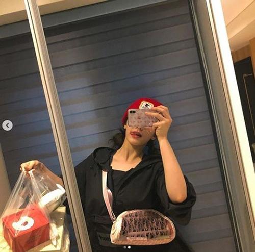 Somi hào hứng khoe túi đồ ăn với các fan trên trang cá nhân. Dù màn debut solo bị lùi lịch, nữ ca sĩ vẫn rất lạc quan, thường tương tác với người hâm mộ.