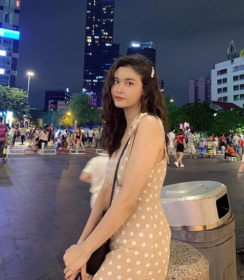 Trương Quỳnh Anh đẹp dịu dàng trên phố đi bộ.