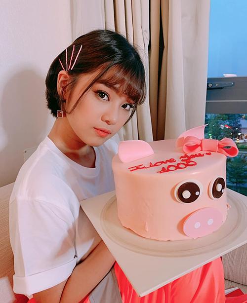 Hoàng Yến Chibi khoe mái tóc ngắn xinh yêu, được fan tặng chiếc bánh với dòng chữ I love you 1000.